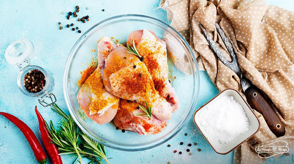 Como el pavo, el pollo también os hace felices. Pero, ¿conocías estas curiosidades sobre su jugosa carne? Pues quizá deberías. ¡A comer pollo!